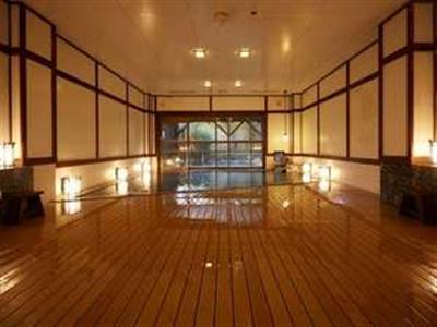 敷き詰めた簀や行燈が大正浪漫を感じさせる大浴場