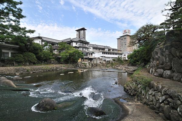 川沿いの広々とした敷地には様々な設えの宿泊棟が構える。