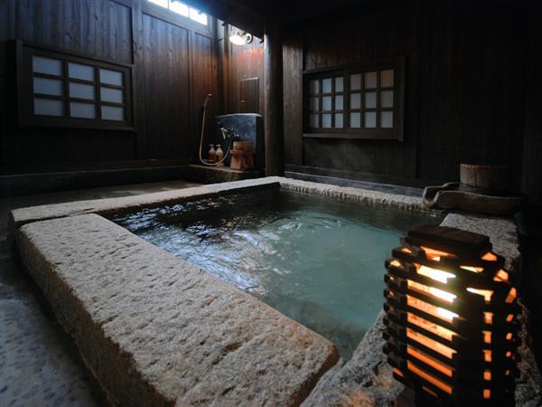 離れの客室には半露天風呂も付