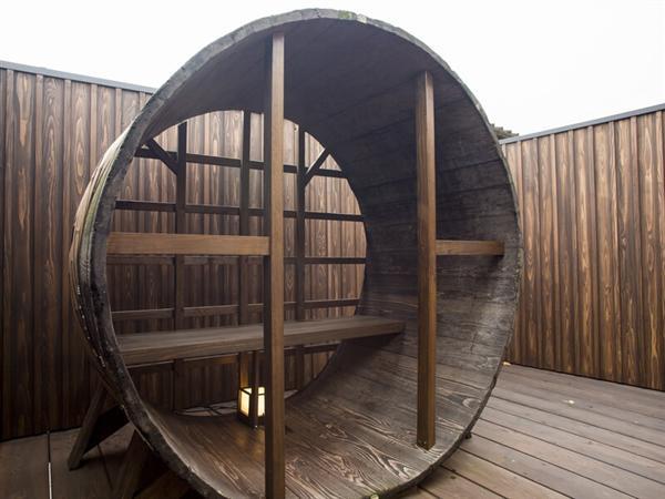 酒樽のベンチ(佐嘉の間