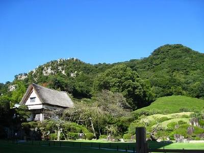 四季折々の姿を見せる日本庭園が隣接しています。