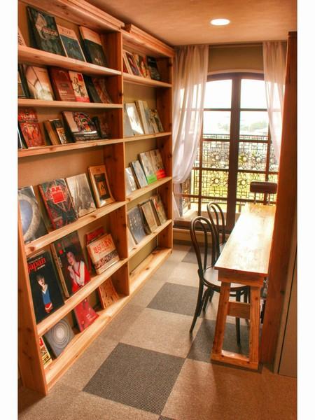 各階にはテーマに沿った本を揃えています