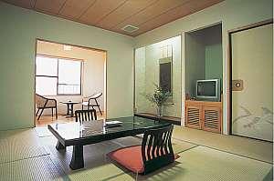 嘉瀬川のせせらぎ聞こえる純和風の10畳客室