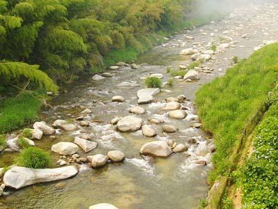 全室「嘉瀬川」に面し、せせらぎの音が心地よくお部屋に響きます。