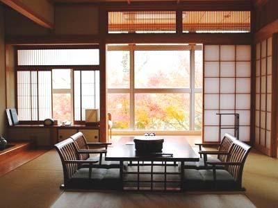 窓外の自然が四季折々に変化を見せる