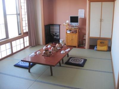 落ち着いた和風の客室は、広々として明るい雰囲気