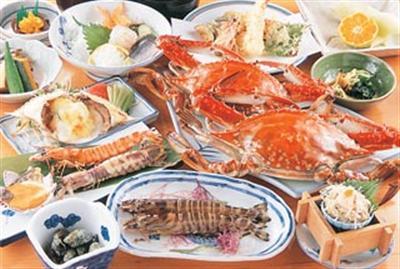 濃厚な味わいの竹崎かにをメインにした夕食の一例