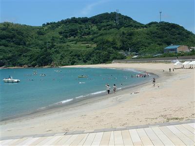 近くには透明度抜群の高浜海水浴場があります