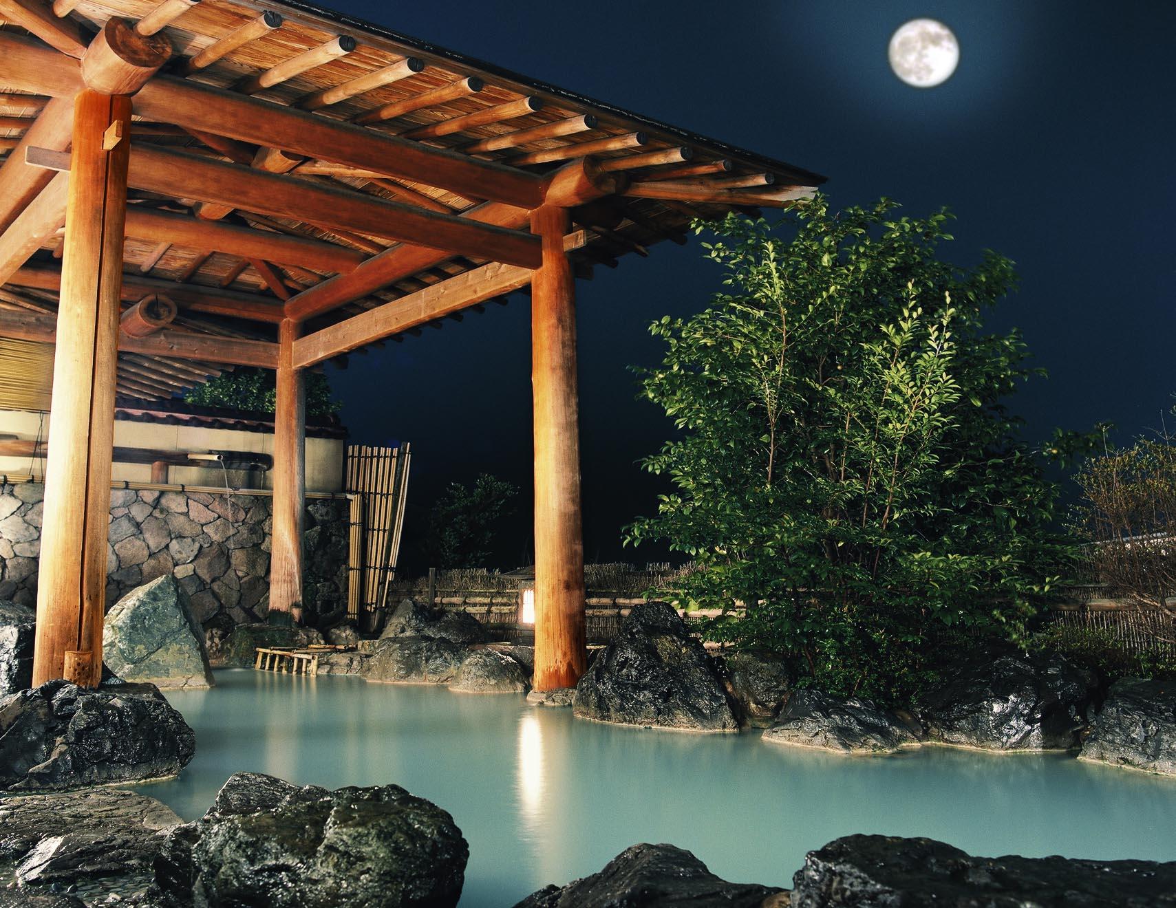 濁り湯に浸かって月を望む露天