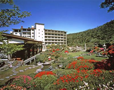 雲仙地獄と四季折々の美しさが楽しめる日本庭園を望む、景観自慢の宿