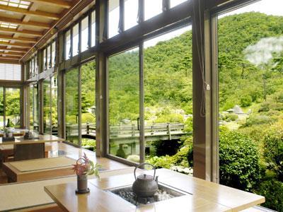 日本庭園を望むロビーです。