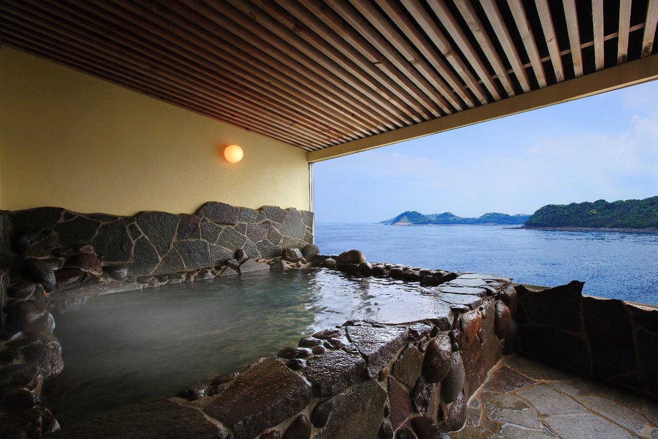 【貸切展望風呂】平戸瀬戸の青さに癒されながら温泉をお楽しみください
