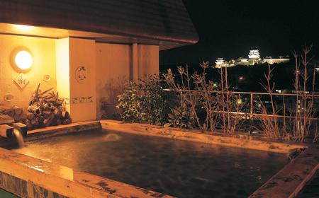 美湾の湯。夕方から夜にかけて平戸城と平戸大橋のライトアップが楽しめる