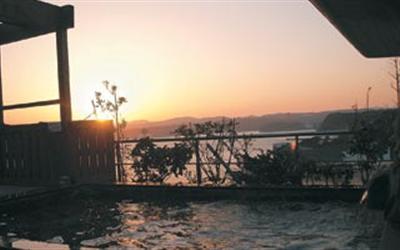 美湾の湯の朝暘。フロントで日の出時間を確認し、早めに起床して朝風呂へ