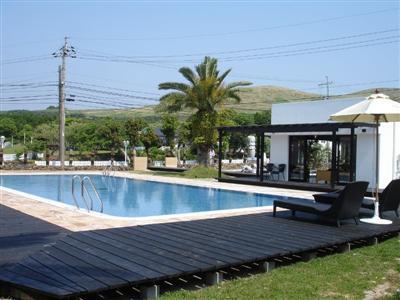 宿泊者専用の屋外プール