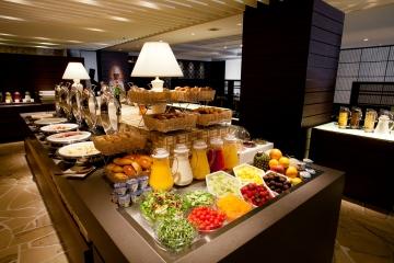 約100アイテムの朝食メニューをご用意。洋食・和食のブッフェスタイル