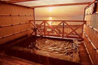 貸切の屋上露天で夕陽を眺める贅沢な時間