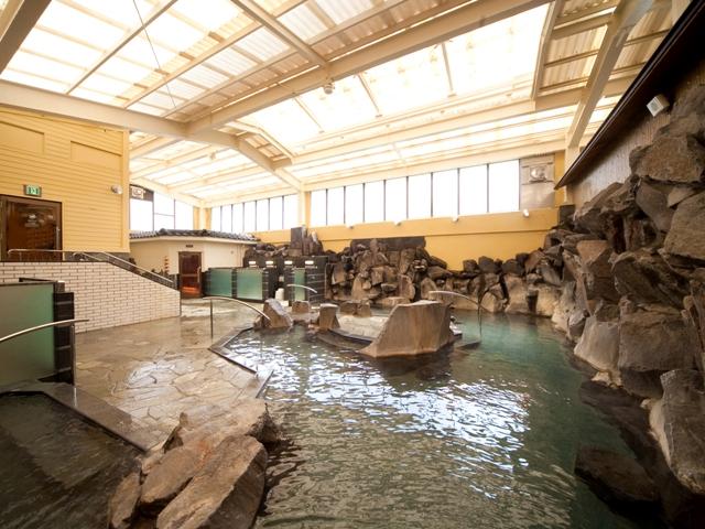 自慢の岩風呂は、弱アルカリ性のやわらかい泉質で女性に好評