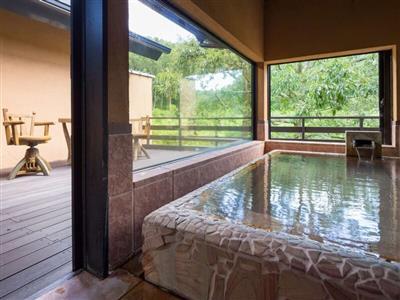 全ての客室に半露天風呂と湯上がりにくつろげるウッドデッキ付き