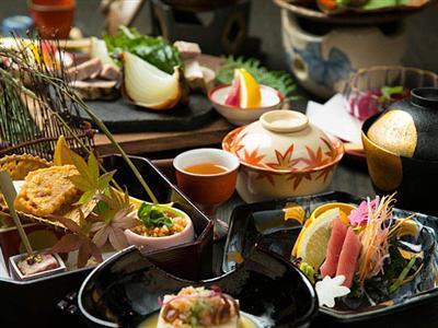 地元の食材を中心とした、客室で頂く和会席料理