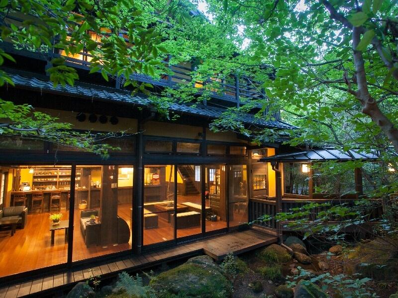 旅館からは田の原川を眺められ、6月にはホタルも見ることができる