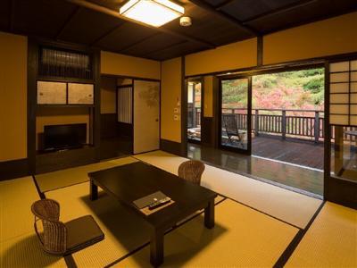二間続きの広々とした和室「夏椿」は家族やグループ利用に最適