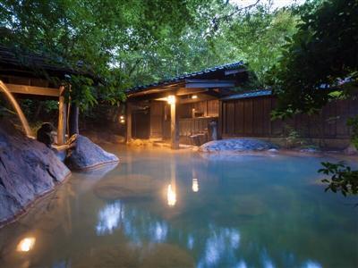 青みがかった湯色が特徴の混浴露天風呂