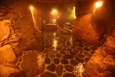 名物の洞窟風呂。湯気が独特の雰囲気をかもしだす