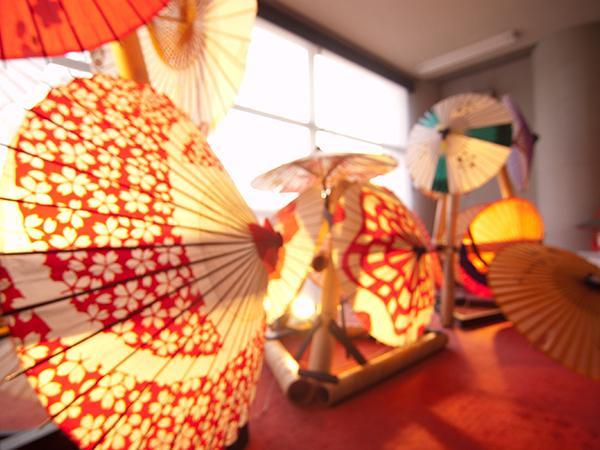 ロビーには山鹿灯籠とモダンな番傘が彩る鮮やかな空間が