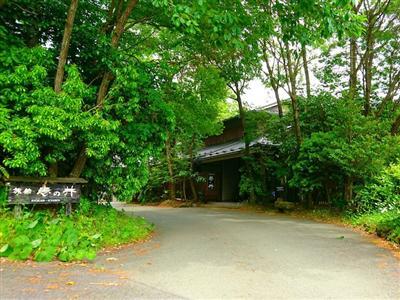 周辺に散策コースもある、黒川の高台に位置する大人の隠れ家