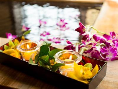 サプライズに人気の花とキャンドルを浮かべたフラワーバス