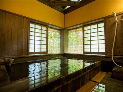田ノ原川に面した全5室の客室には専用風呂