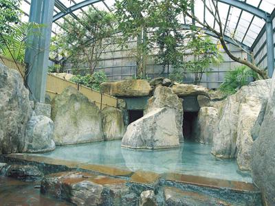 岩を大胆に配した開放的な大浴場