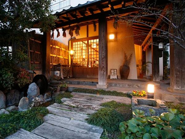 山鹿温泉ならではの素朴な雰囲気にマッチした民芸調の宿