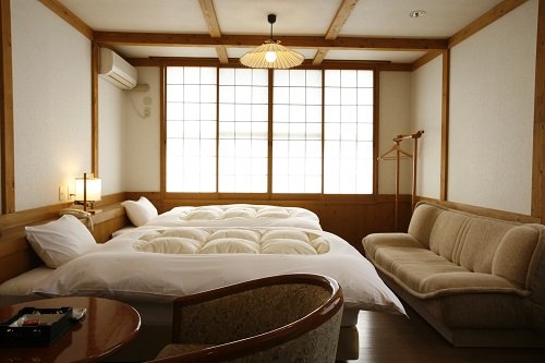 清潔感のある2階洋室タイプの客室。