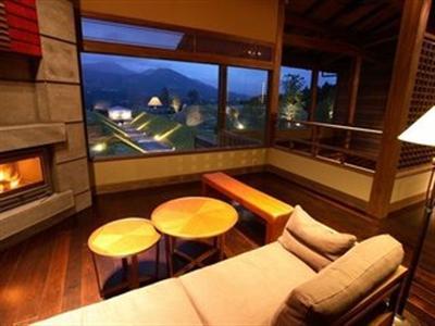 窓から阿蘇五岳が一望できる、贅沢な造りの客室