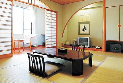 ゆったりとくつろげる12畳の和風客室