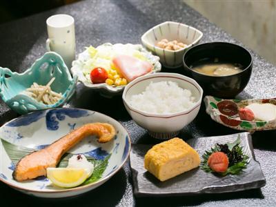 白米や玉子焼きなど、滋味深い和朝食