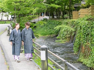 宿周辺には川が流れていて、せせらぎを聞きながら散策を楽しめます