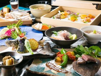 エノハの刺身や豊後牛のステーキなど、豪華なメニューが並ぶ夕食
