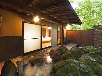 客室の露天風呂はプライベート感たっぷりで寛げる