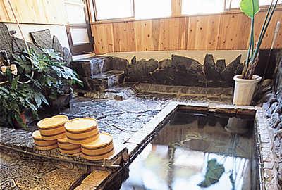 切石造りの貸切風呂