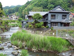 花合野川沿いにあるレトロな宿です。