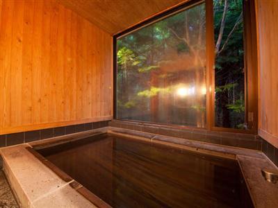 【檜の貸切湯】森の中の温泉に入っているかのような自然を感じる温泉です