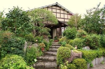 露天から由布岳を一望、季節の草花に囲まれた宿