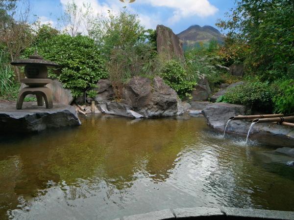 大きな岩を配した情緒あふれる大露天風呂