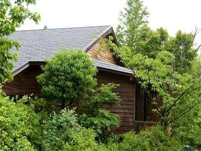 湯布院ICから約5分、湯布院の喧騒からかけ離れた場所に佇む森の山荘