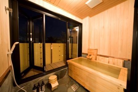 客室の温泉はひのき風呂です