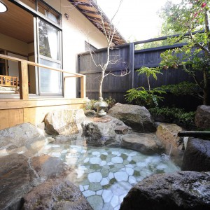 お部屋から続きのベランダと露天風呂は、旅の温泉を充分味わえます。