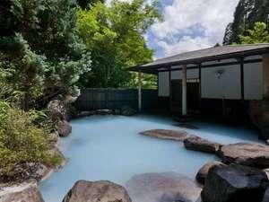 コバルトブルーの湯が溢れる大浴場